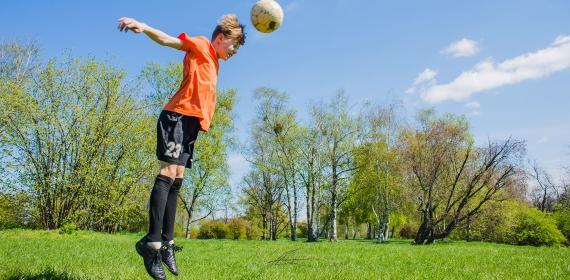Cabeçadas no futebol – quais são os perigos neurológicos para crianças?